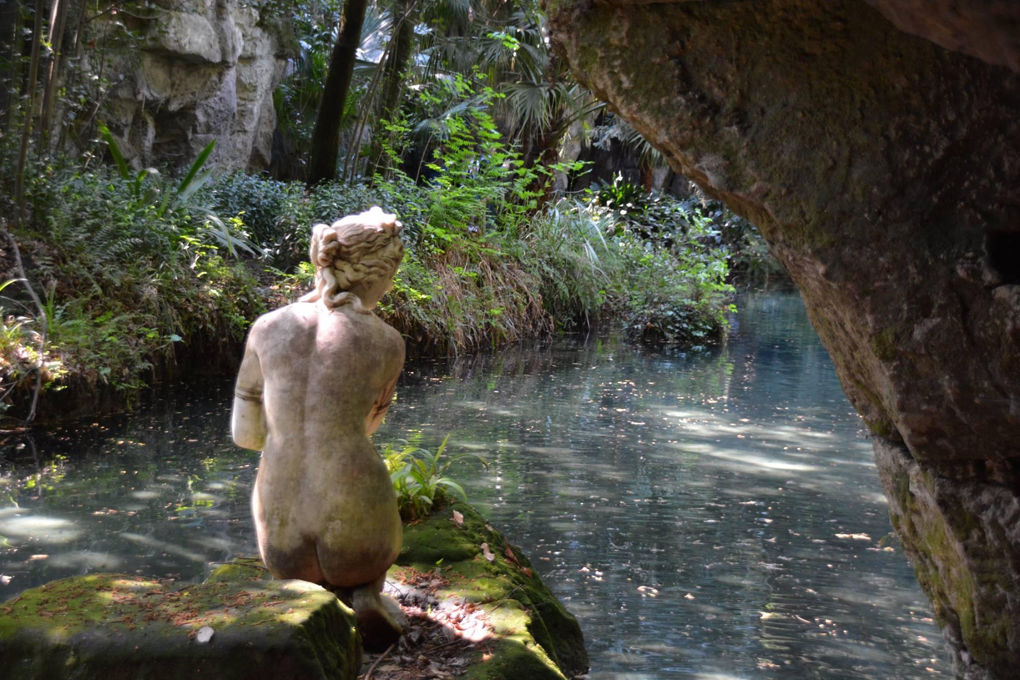 ונוס רוחצת במים-ארמון קזארטה