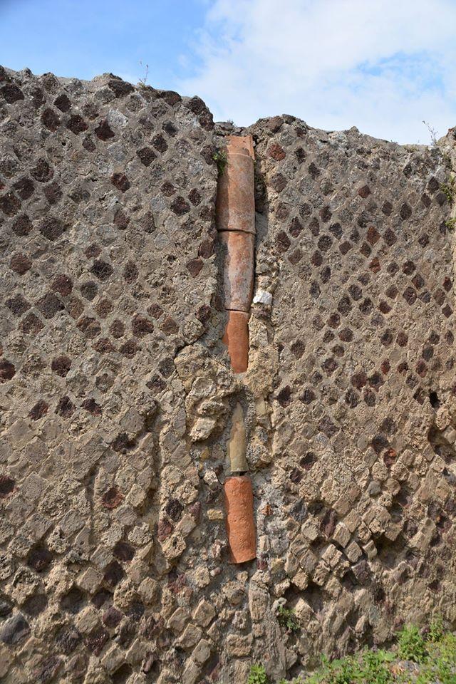 פומפיי- צינורות חרס בתוך הקירות