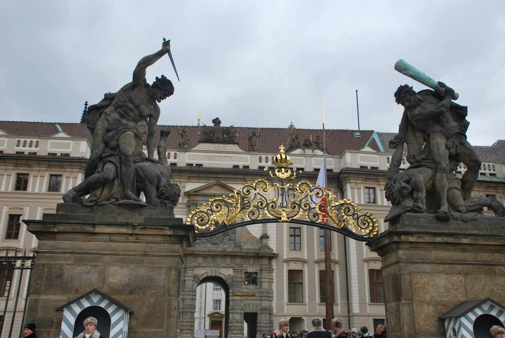 שער הכניסה למצודה-פסלי טיטאנים משני הצדדים