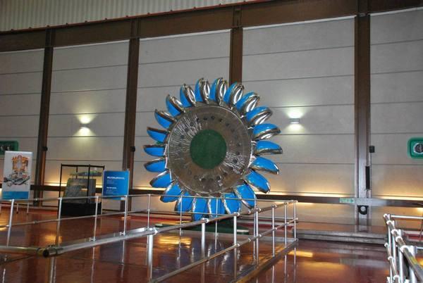 טורבינת מים ענקית לייצור חשמל