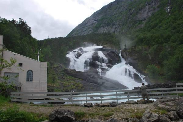 מפל הראשון בסדרה של המפלים. Tveitafossen היורד גוב