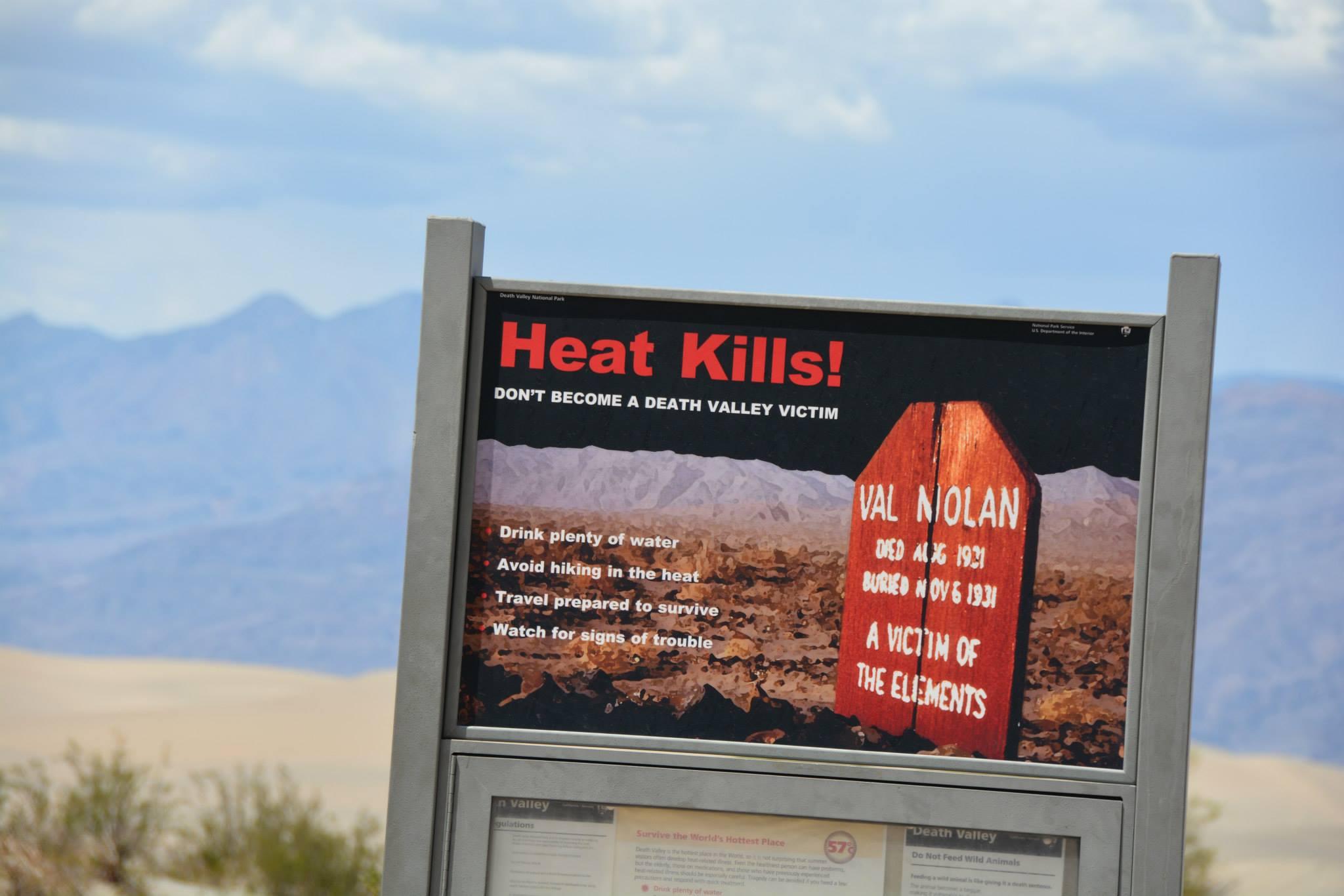 שלטי אזהרה מפני החום בעמק המוות