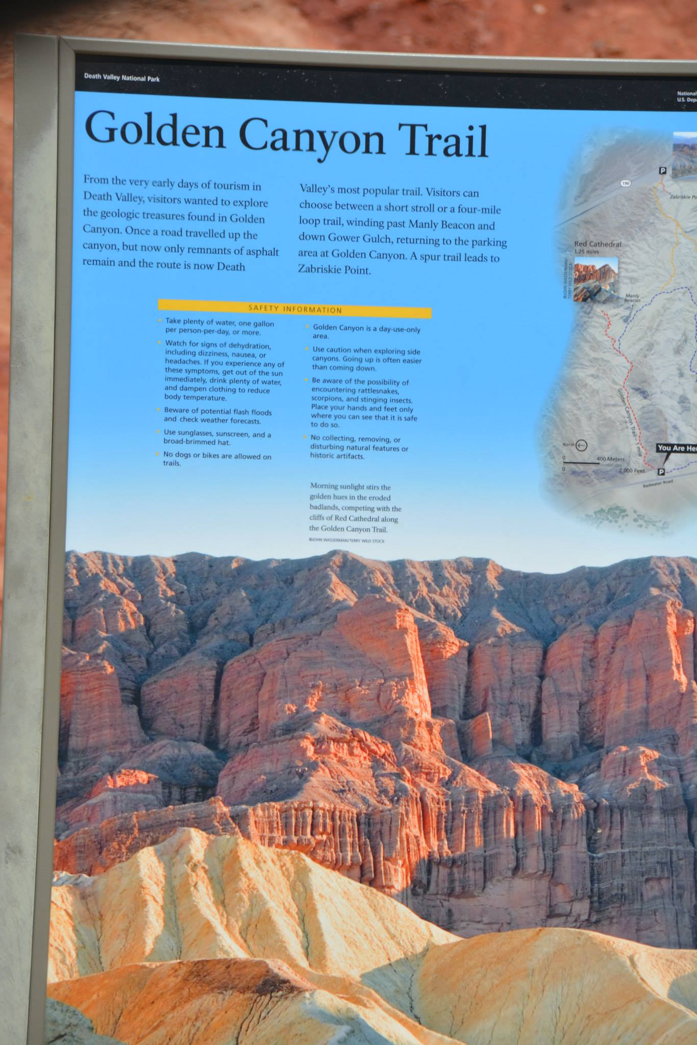 שלט בנקודת התחלת המסלול של  Golden Canyon Interpre