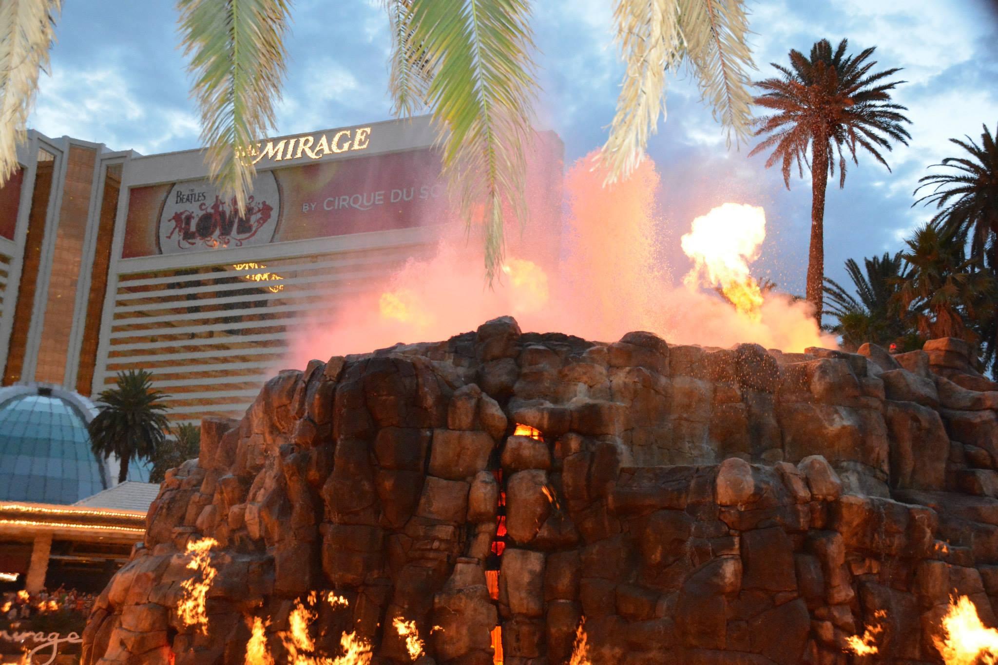 אש ותמרות עשן באי הפיראטים-לאס ווגאס