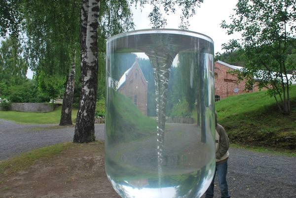 פסל המשלב מים וזכוכית ונותן אפקט של עדשה מעניינת ל