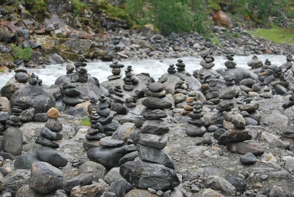 מאות רוג'ומים שהוקמו במקום על ידי כל מטייל שרצה לה