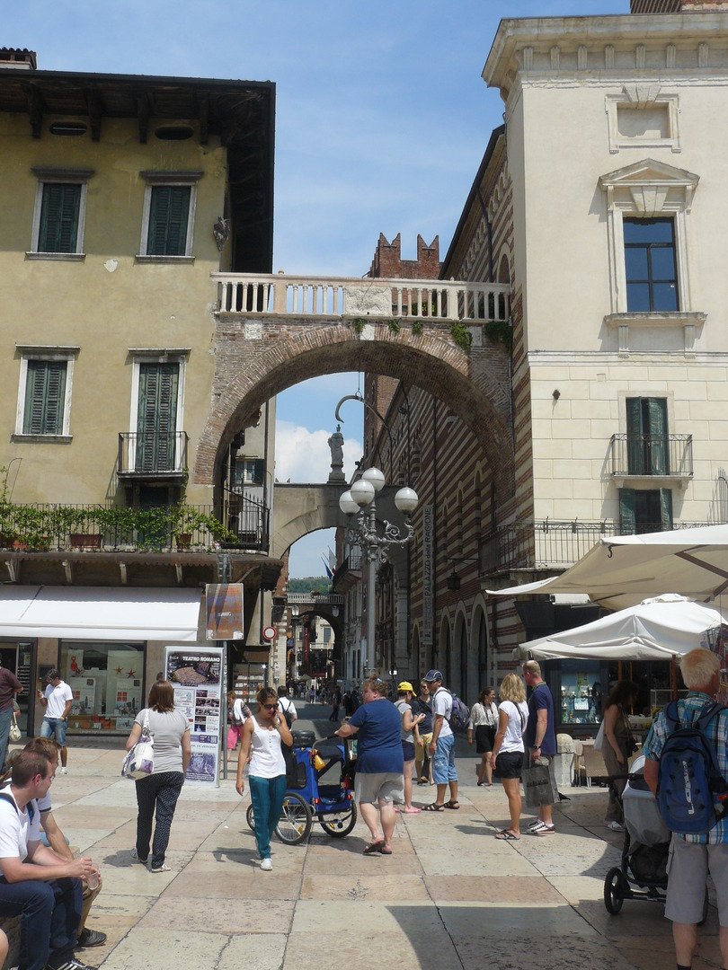 Borsari Gate. עוד שריד רומאי שמשתלב יפה עם המבנים