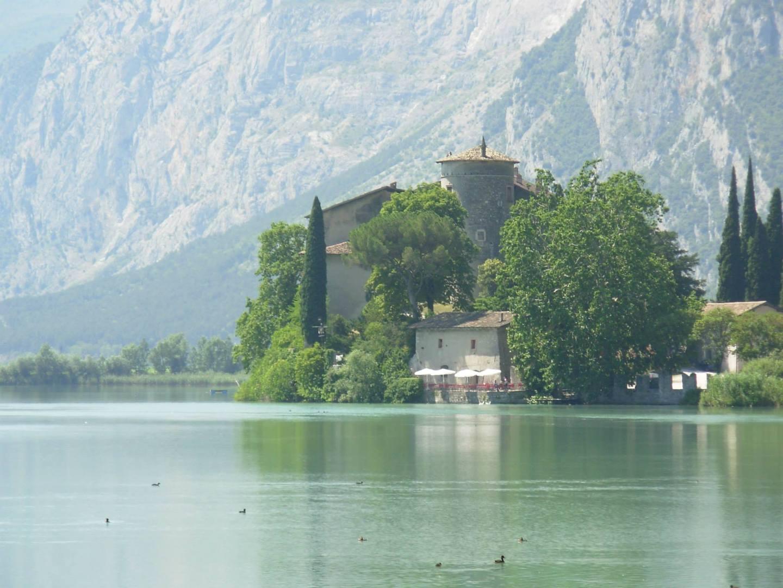 מצודה הנושקת למימי אגם גארדה