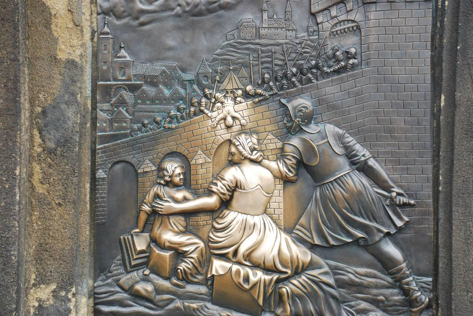 תבליט הברונזה שעל פסל יאן מנפומק