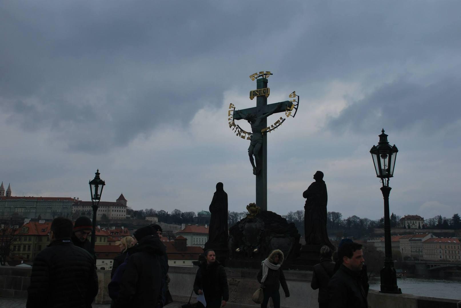 פסל ישן עם הכיתוב-קדוש קדוש