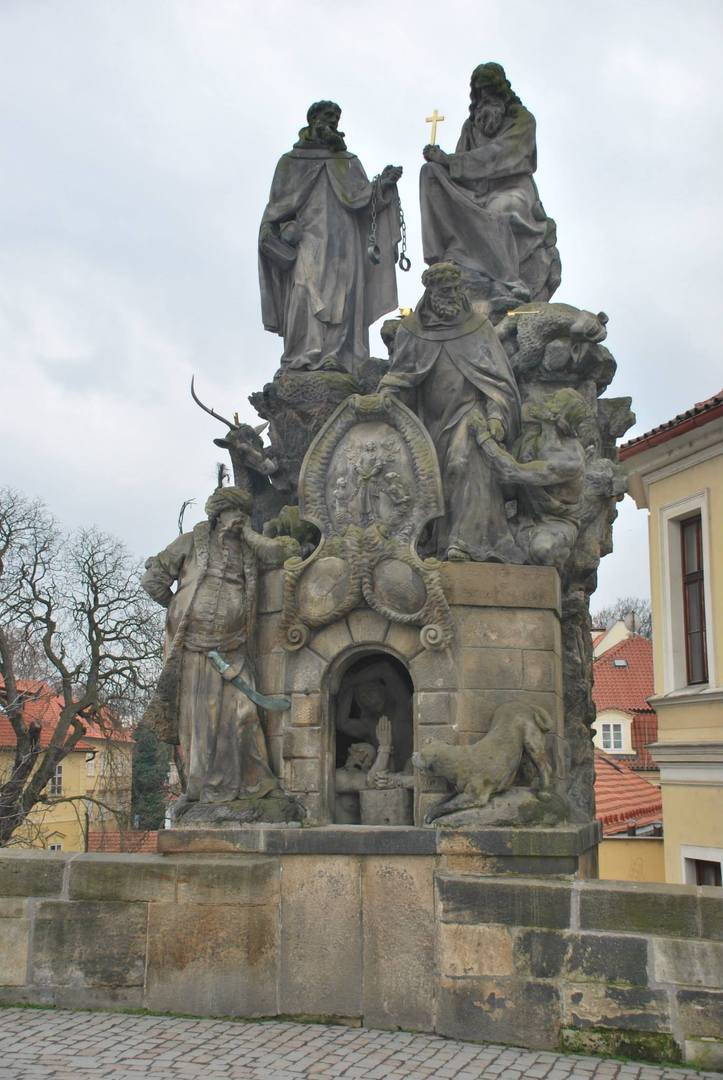 """פסל """"התוכי""""-אחד המפורסמים שעל הגשר"""