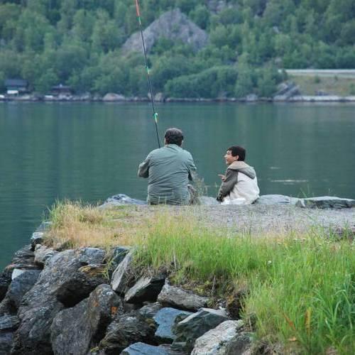 מנסים לדוג בפיורד