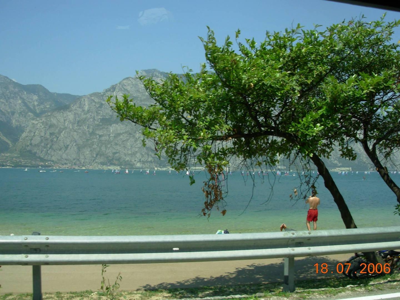 נופי האגם בכביש הנושק לחופים