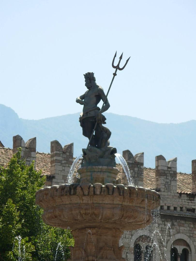 פסלו של נפטון והמזרקה היפה בטרנטו