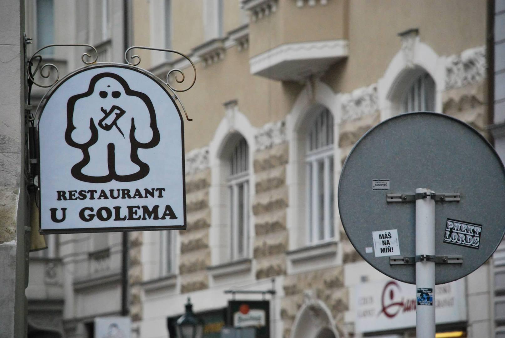 שלט רחוב עם ציור של הגולם מפראג