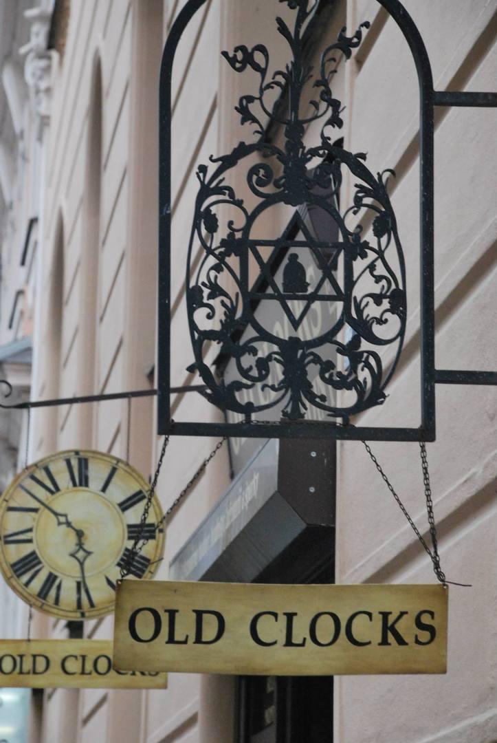 סמל מגן דוד תלוי בכניסה לחנות שעונים