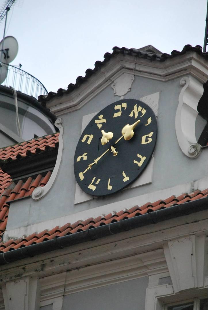 מרומי בית העירייה היהודי עם השעון בעל אותיות בעיבר