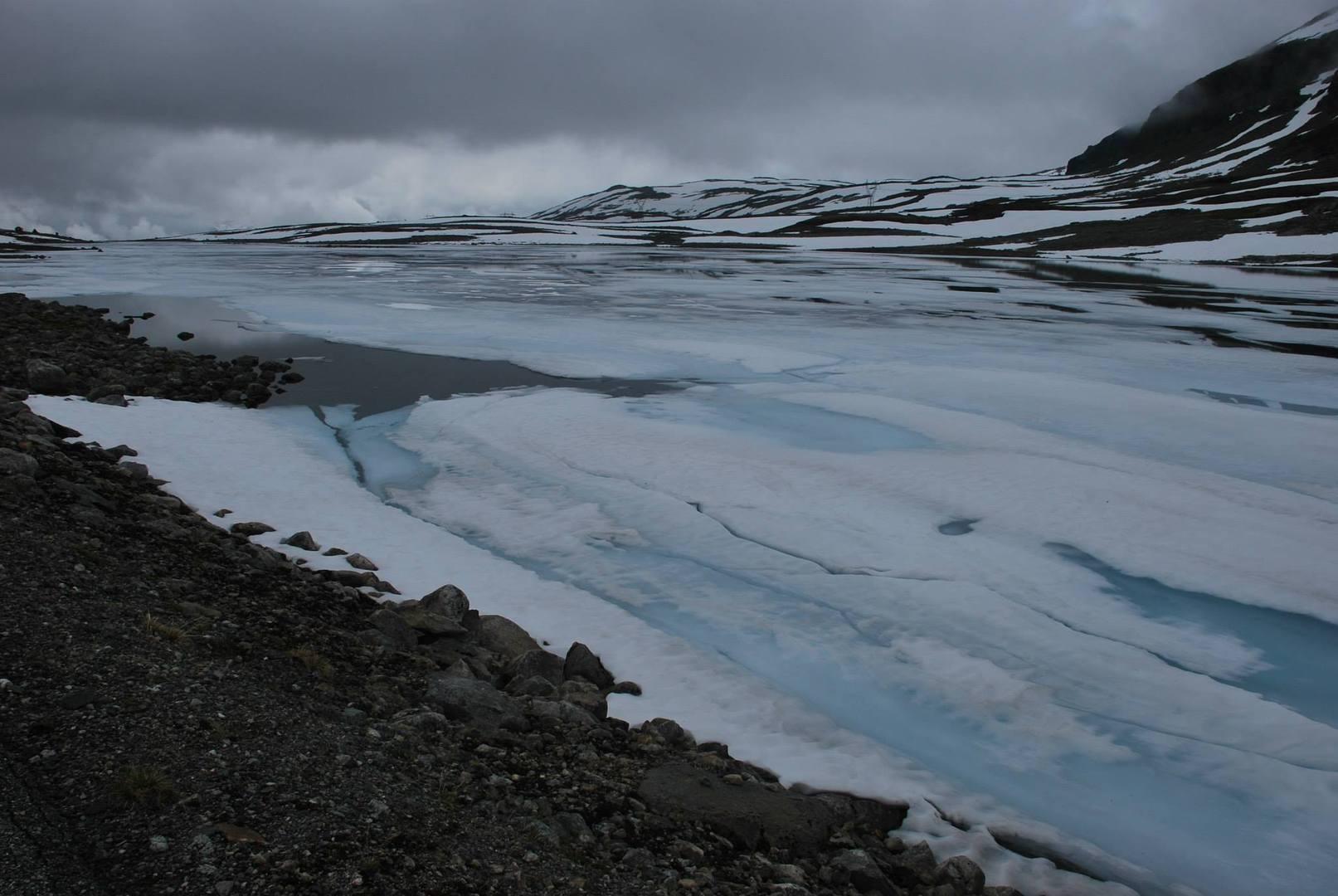 אגמי הקרח בשלבים שונים של המסה