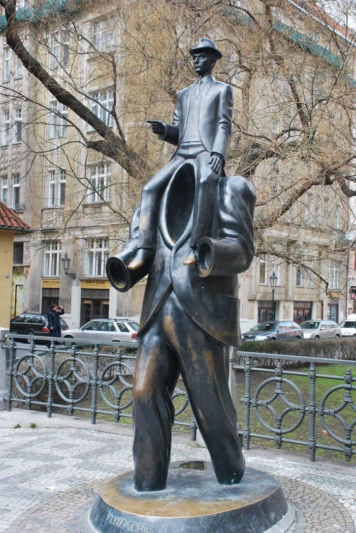 בסמוך לכניסה לבית הכנסת ניצב פסל  לזכרו של פרנץ קפ