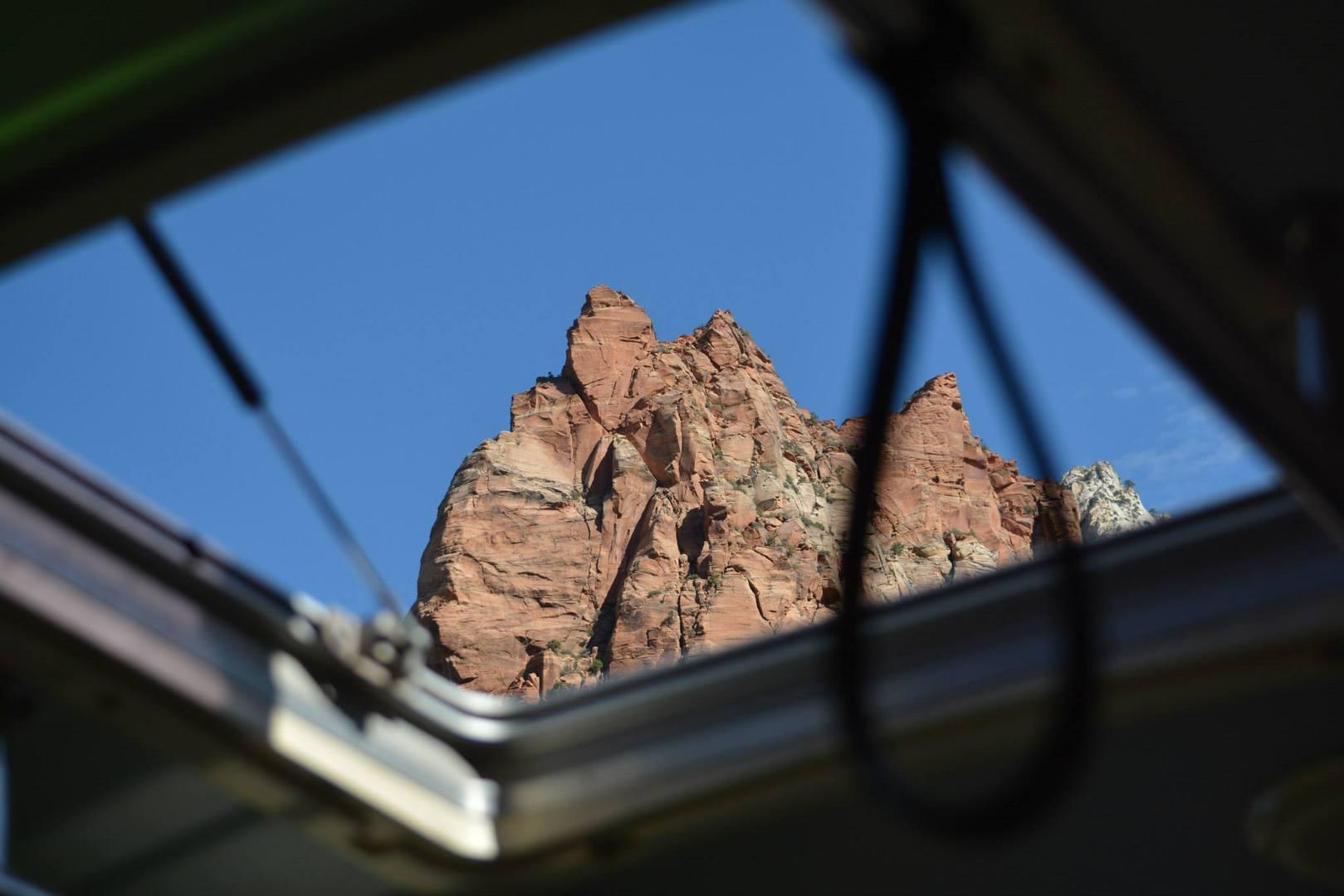באוטובוס יש פתחים בגגות