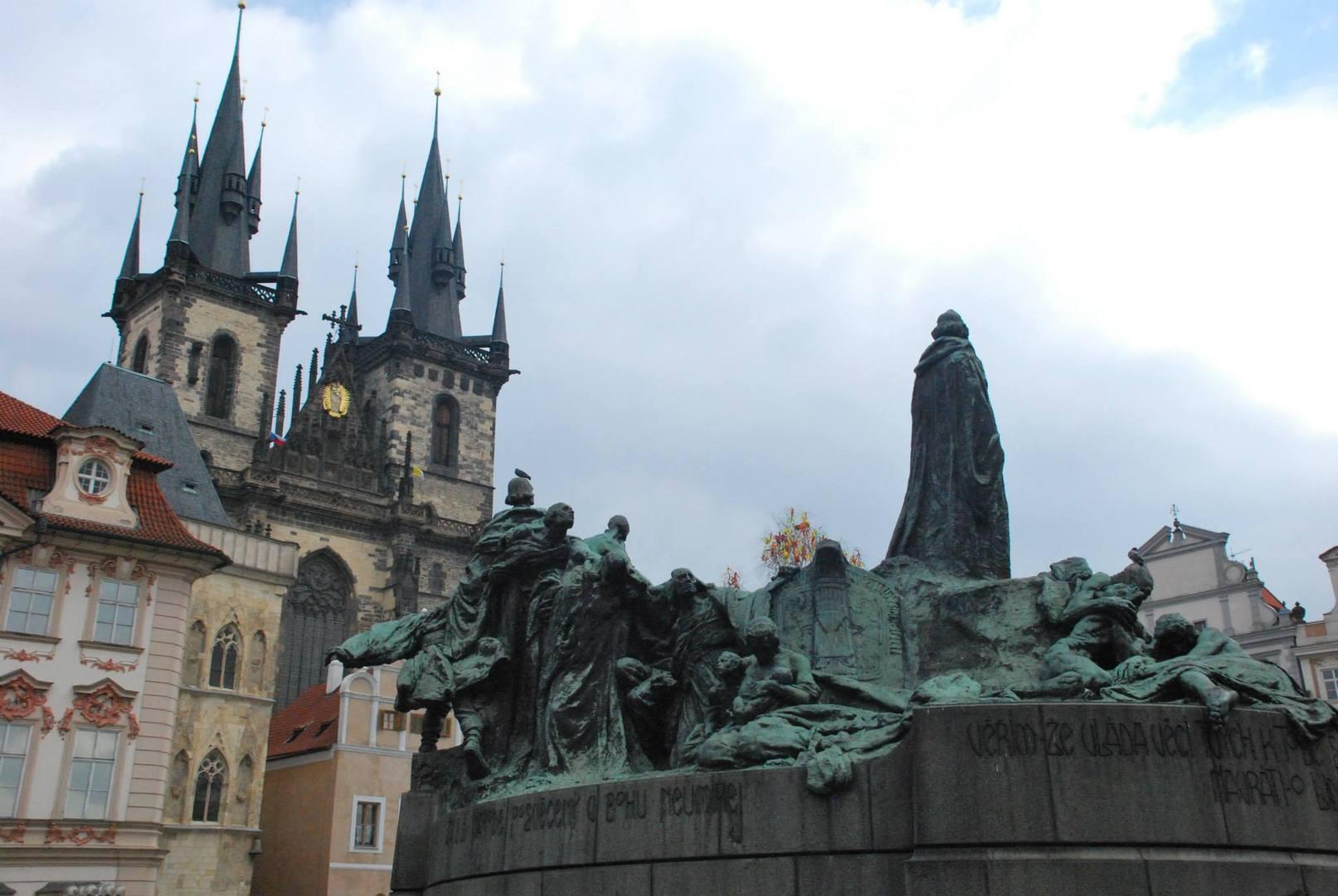 פסל יאן הוס  בכיכר העיר העתיקה