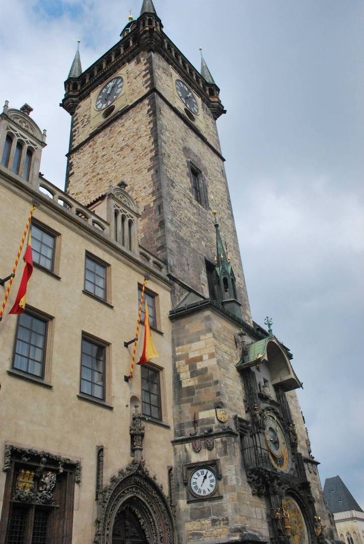 מגדל השעון האסטרונומי הצמוד אל בניין העירייה הישן