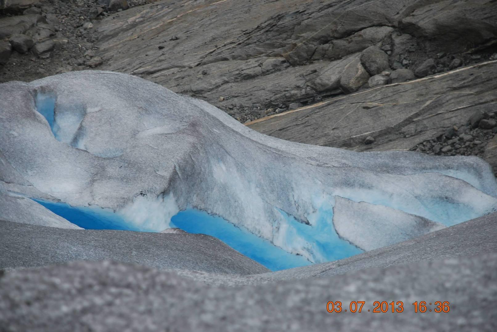 צבעי הקרחון כחולים