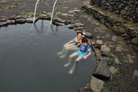 רוחצים בבריכה התרמית