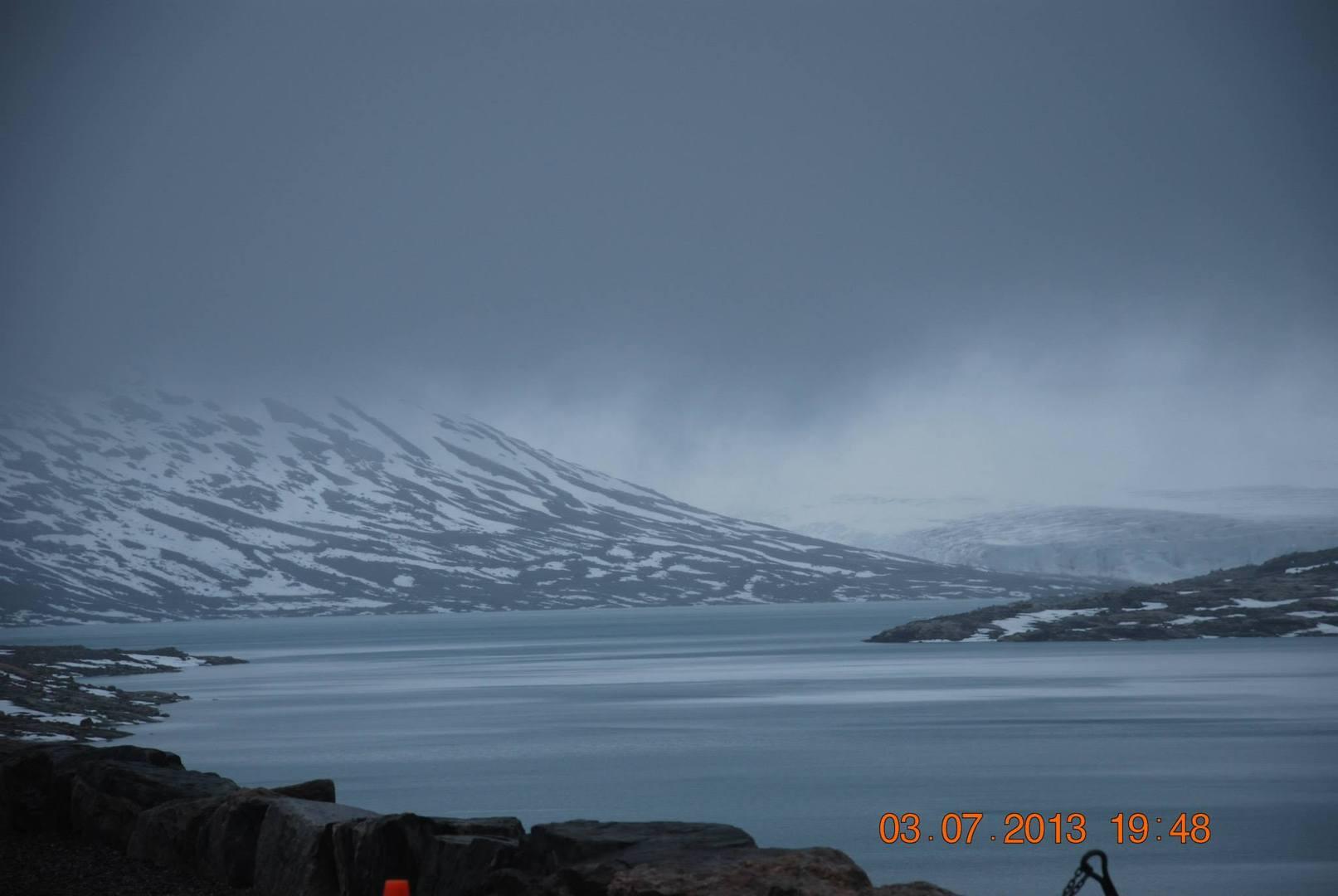 אגם Austdalsvatnet הנושק לקרחון Austdalsbreen