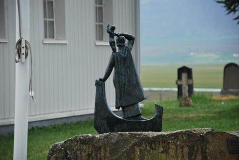 פסל  של האישה הראשונה אשר ילדה ביבשת אמריקה