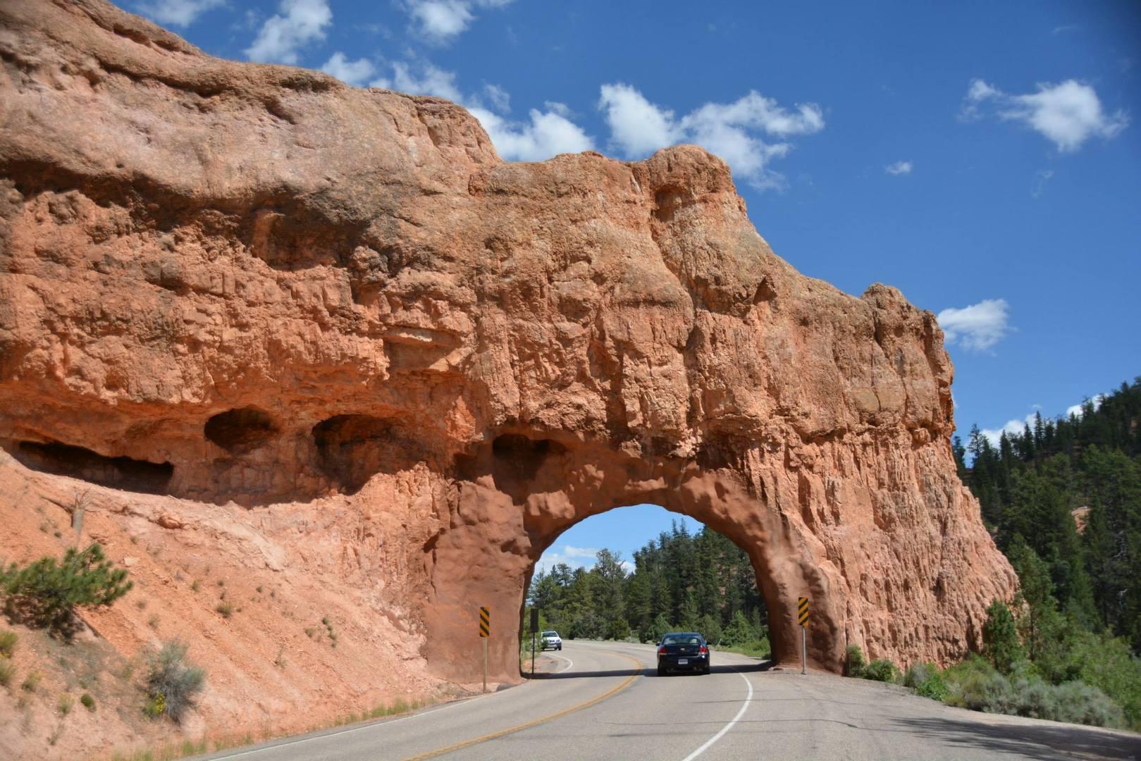הכביש עובר במנהרה בסלע האדום