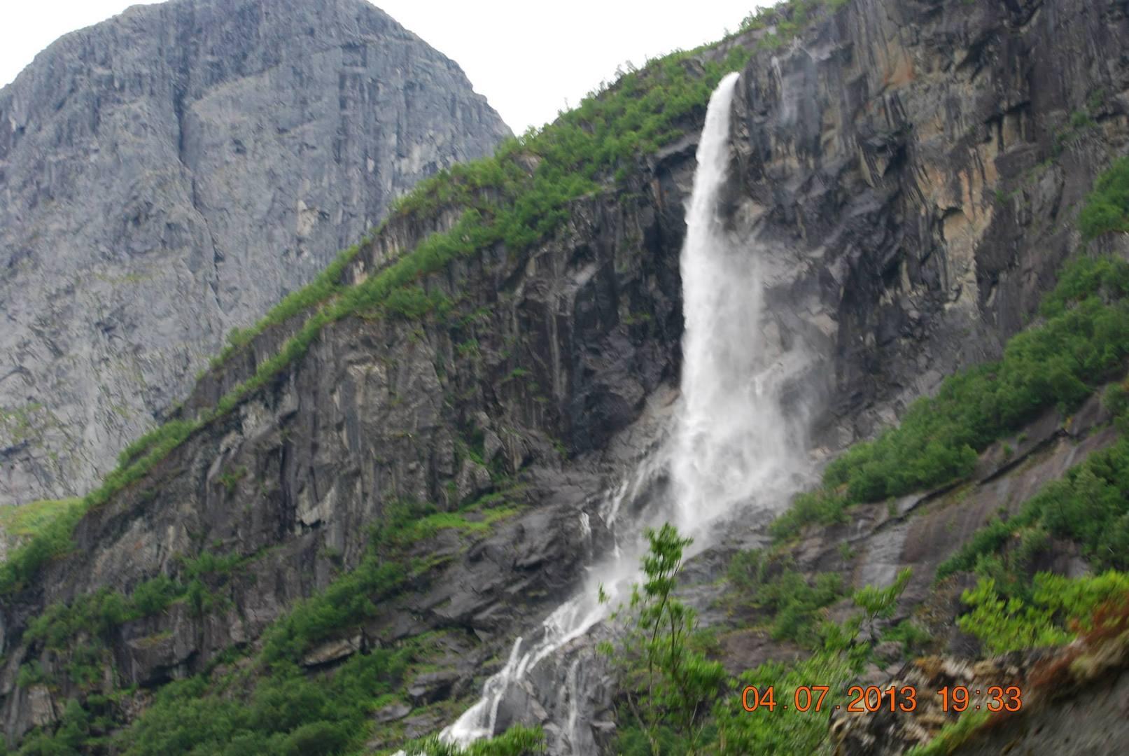 מפל Volefossen אשר מסמן את קרחון Briksda