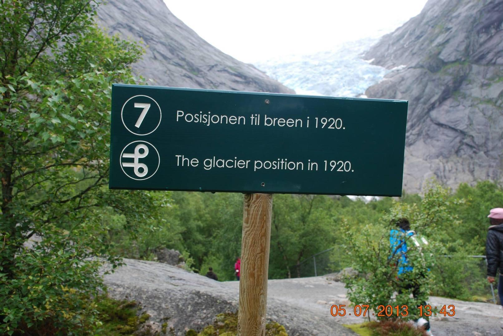 השלט שמראה עד להיכן הגיע הקרחון בשנת 1920