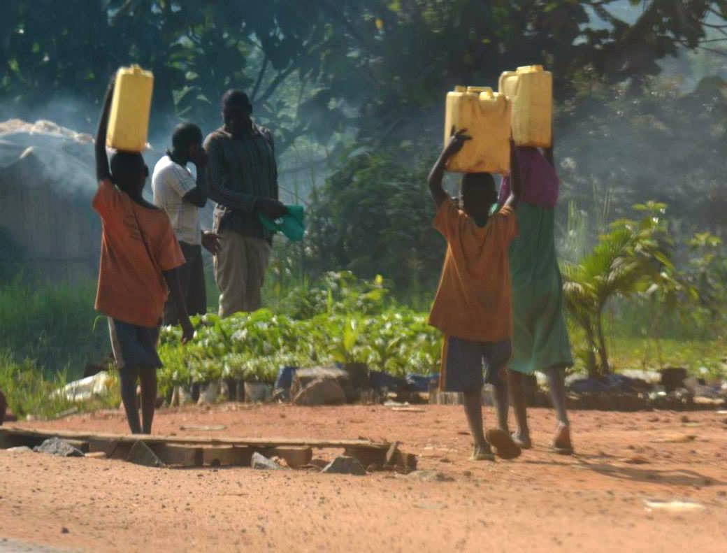 ילדים עם מיכלי מים- 20 ליטר על הראש