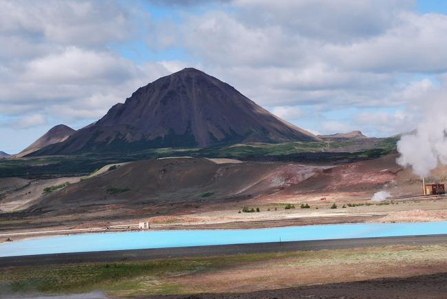 אגם עם צבעי כחול מדהימים וכמובן אדים ועוד אדים