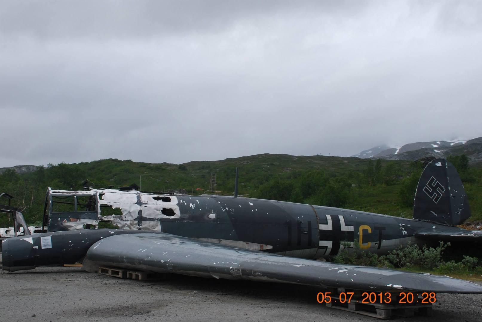 המטוס הגרמני הובא ממקום נפילתו בשלג אל ליד המסעדה