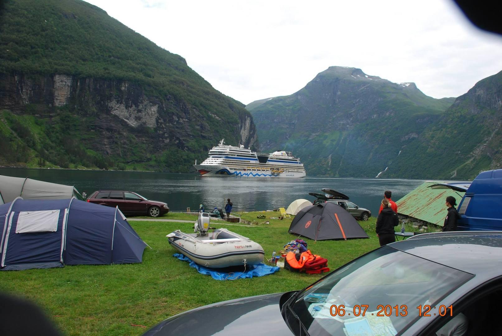 פיורד Geirangerfjorden-קמפינג על שפת מי הפיורד