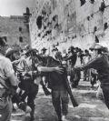 """קק""""ל תציג תערוכת צילומים נדירים - חיילים רוקדים בכותל"""