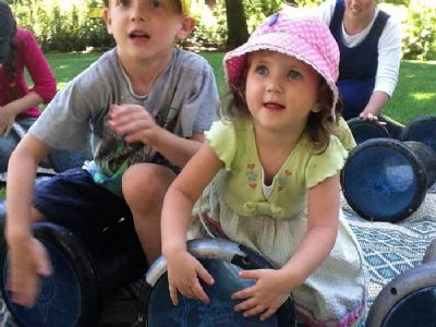 מעגל מתופפים לילדים- ילדה מרותקת.