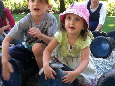 ילדים מרותקים בסדנת תיפוף