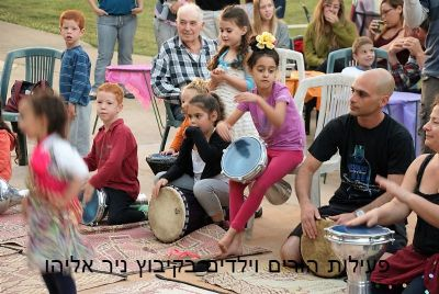 מעגל מתופפים בחגיגות קיץ בקיבוץ ניר אליהו