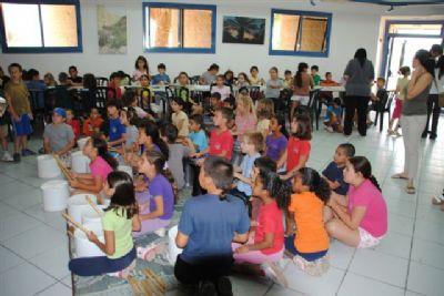 ילדים מרותקים בהפעלה לקייטנה עם יוסף המתופף