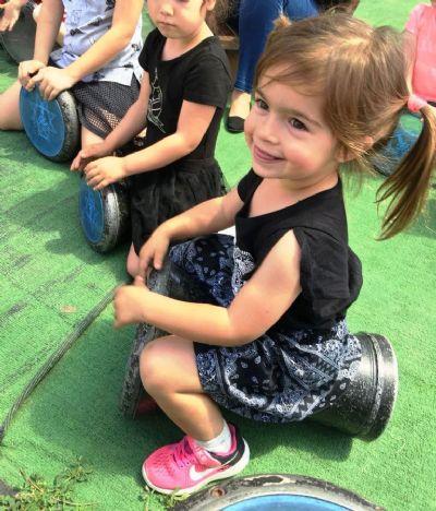 מעגל מתופפים לקייטנות פסח / ילדה נהנית מהקצב הסוחף
