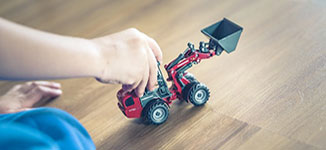 ילד משחק במשאית אחרי הגירושין של הוריו