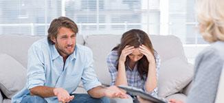 זוג בפגישת גישור גירושין עם מגשר מומלץ