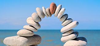 ערימה של אבנים היוצרת גשר כסמל להליך גישור מוצלח