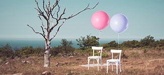 זוג כסאות עם בלון תלוי כסמל לזוג שהתגרש נכון