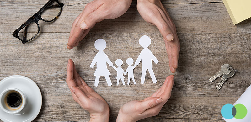 ידיים חובקות גזרי נייר בצורת משפחה עם שלום בית