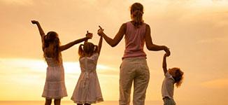 אמא אוחזת ידיים עם ילדיה לאחר קביעת הסכם משמורת משותפת