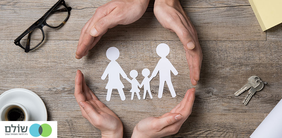 משפחה מחזיקים ידיים לאחר גישור משפחתי